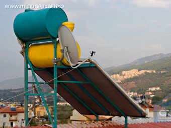 Panou solar si rezervor de apa pe acoperisul unei case