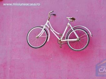 Bicicleta suspendata pe perete