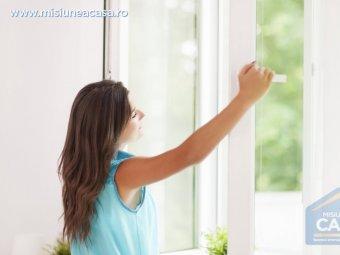 Fata care deschide fereastra