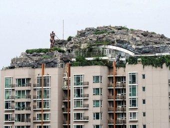 Munte construit pe acoperisul unui bloc din China