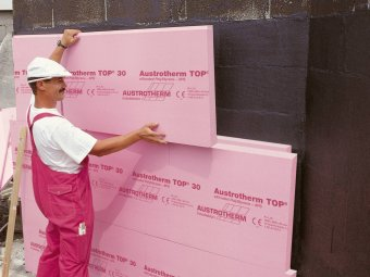 Aplicarea adezivului si fixarea placilor de polistiren pe perete