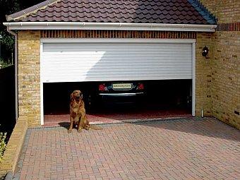 Garaj casa cu masina parcata