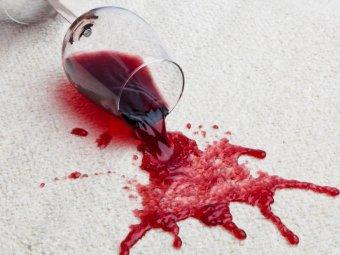 Pata de vin rosu pe covor alb