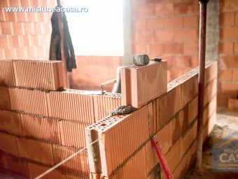 Casa din zidarie aflata in faza de constructie.