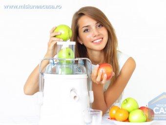 Storcator de fructe cu o fata frumoasa care stoarce fructele