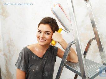 Femeie care decoreaza peretii