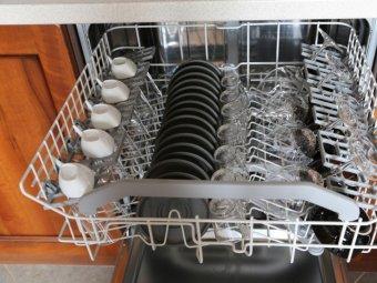 Sertar masina de spalat vase cu vase pe el