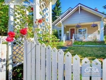 Gard cu casa pe fundal