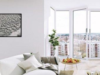 Camera apartament cu vedere in exterior prin ferestre cu tamplarie din PVC.