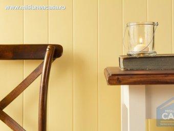 Decor interior cu lambriu, masa si scaun