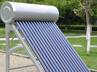 Panou solar nepresurizat pus pe o alee pentru a fi expus publicului.