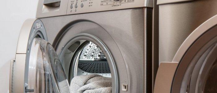 Cum alegi un trio imbatabil pentru îngrijirea țesăturilor: mașina de spălat, uscătorul de rufe și fierul sau stația de călcat