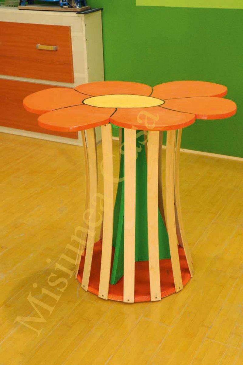 Masuta de lemn in forma de floare