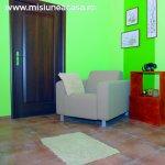 O solutie practica pentru decorarea holului: Dulapul din lemn