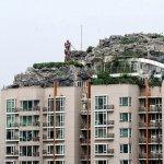Peisaj de munte pe acoperisul blocului