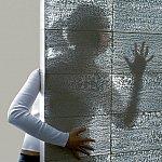 Pereti din beton prin care trece lumina