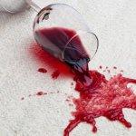 Afla cum scoti petele de vin rosu