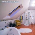 Amenajarea mansardei: o baie luminoasa si confortabila intr-un spatiu redus