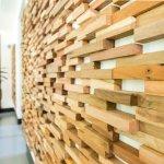 Amenajari interioare inedite cu panouri decorative din lemn recuperat