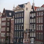 Amsterdam: orasul cu constructii care sfideaza natura