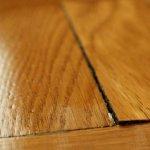 Parchetul din lemn masiv: ce poti face sa eviti umflarea acestuia