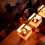 Traieste experienta unei cine la lumina lumanarii, adaptate secolului XXI cu noul Philips Hue Candle